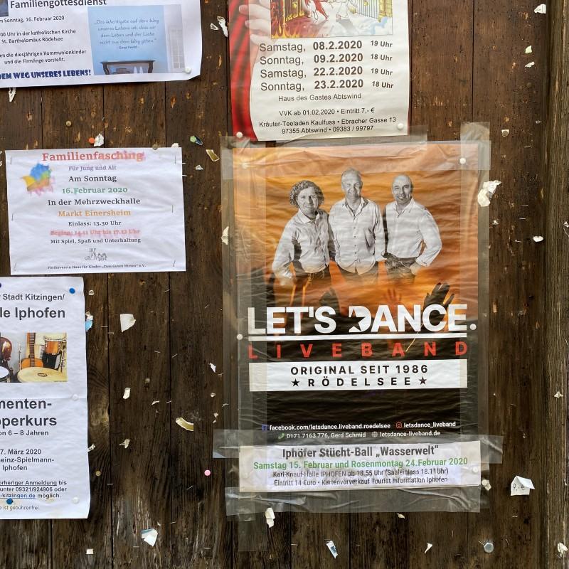 Das Poster in einem Dorf